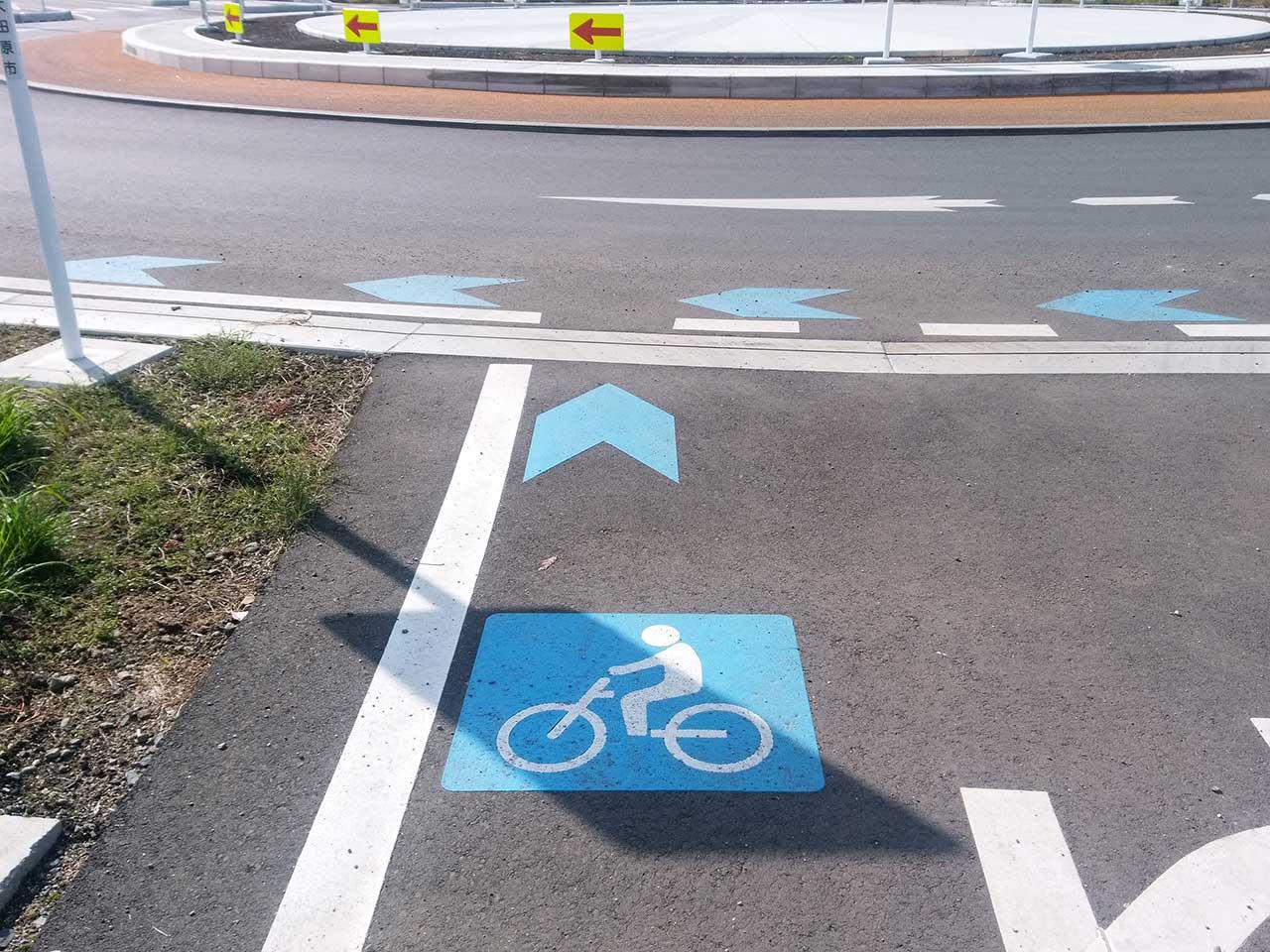 ラウンドアバウト 自転車マーク 矢羽根