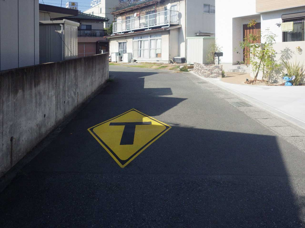T形道路交差点あり(201-C)標識マーク